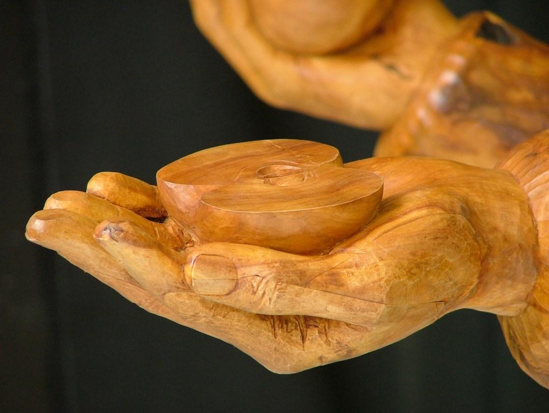 Galerie sculptures statues contemporaines - Demi-pomme dans une main