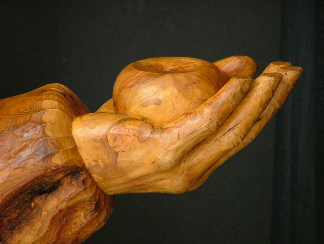 Galerie sculptures contemporaines  - Pomme tenue dans une main