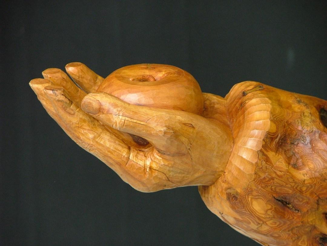 Sculpture contemporaine - Pomme dans la paume d'une main.