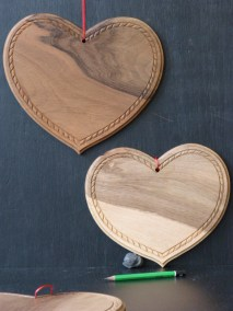 Coeurs avec une corde sculptée en noyer