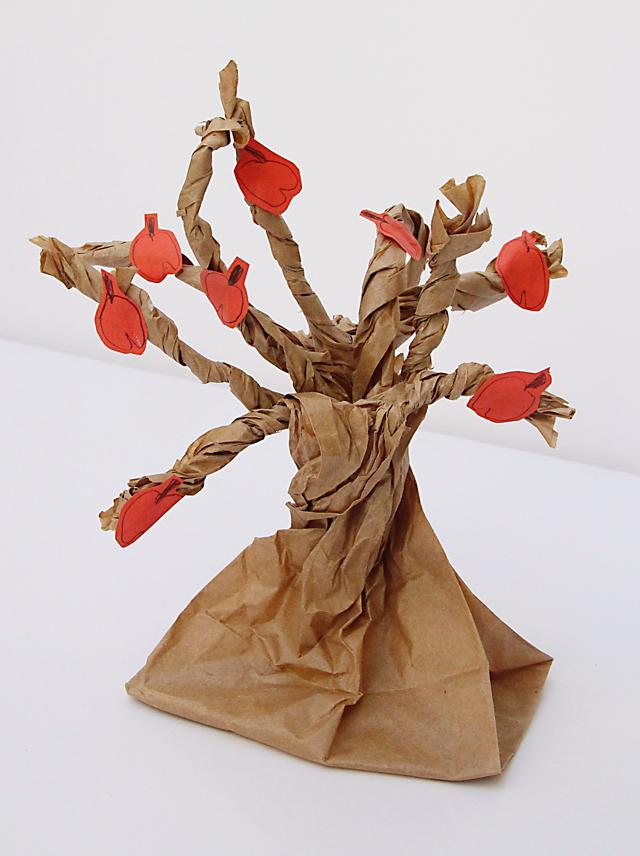 paper bag apple tree - Top 10 Easy Apple Crafts For Kids via ArtsyCraftsyMom - Games, prints, playdoh, paper plates -everything to get your kids excited about Fall with fun and easy apple crafts!