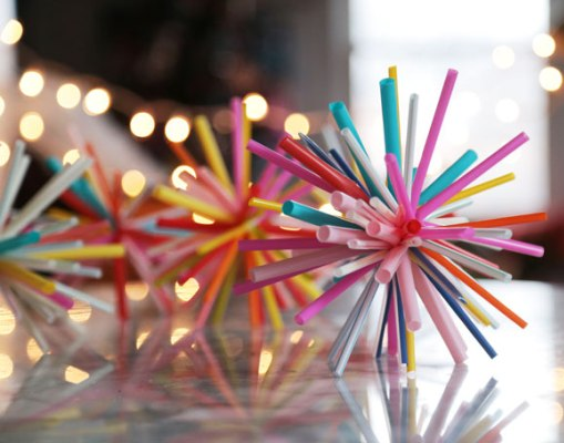 Drinking straws aren't just for your summer coolers, there's a lot you can do with them! Here are 15 super cool things to make with drinking straws.