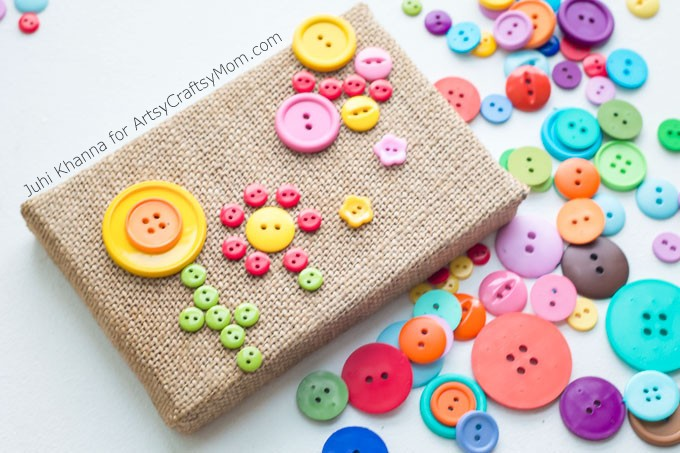 Adorable no-sew DIY Burlap Button Flower Garden Wall Art. An easy Nameplate & flower garden craft for kids and grown-ups that can be lovely unique homemade gifts too.
