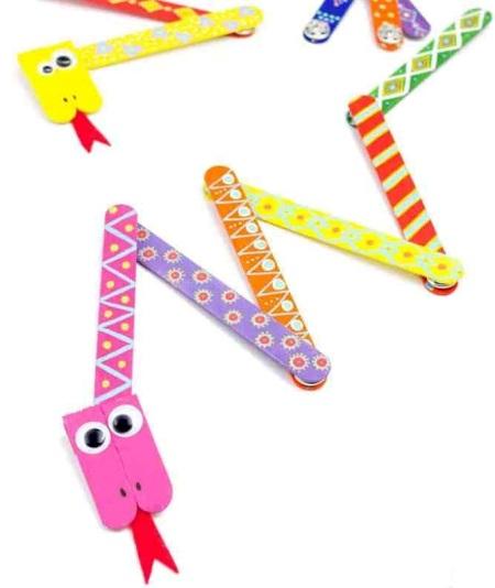 Kerajinan Popsicle Stick sederhana ini untuk anak-anak sangat cocok untuk menghabiskan sore yang hujan atau akhir pekan yang membosankan! Buat, mainkan, dan nikmati kerajinan yang menyenangkan ini bersama teman-teman Anda!