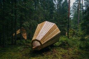Un grupo de estudiantes de arquitectura de interiores en Estonia diseñó megáfonos gigantes para amplificar el sonido del bosque