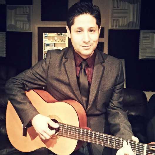 Arturo Leyva con Guitarra