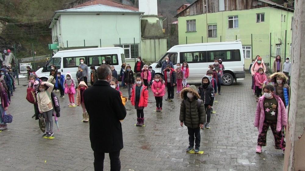 Artvin'i Karadeniz sahiline bağlayan yol üzerinde bulunan Demirciler köyü sakinleri çocukları için yola üst geçit istiyor