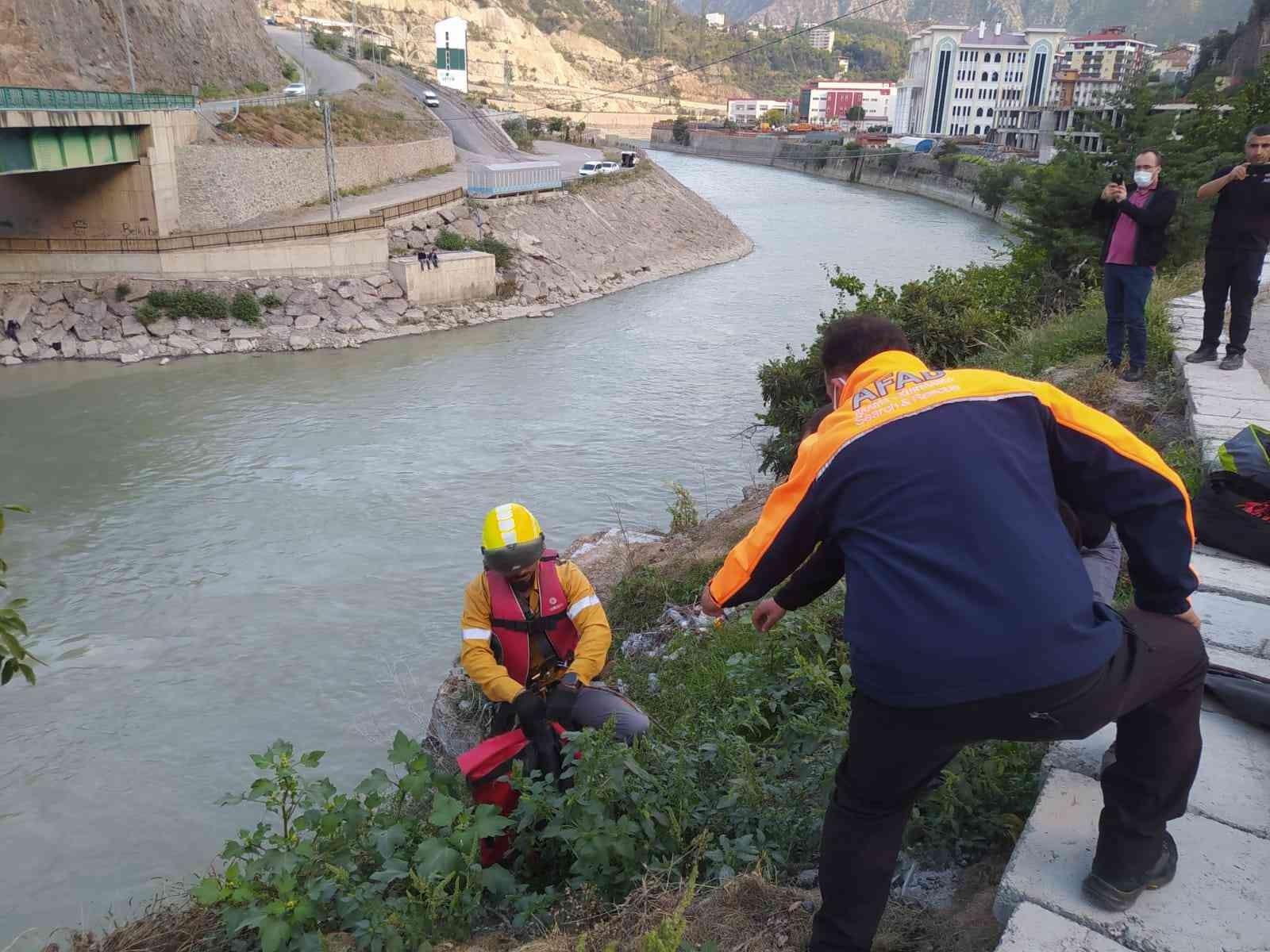 Çoruh nehrine düşen kediyi AFAD ekipleri kurtardı