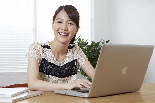 s-パソコンをする女性