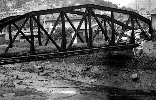 朽ち果てた鉄橋