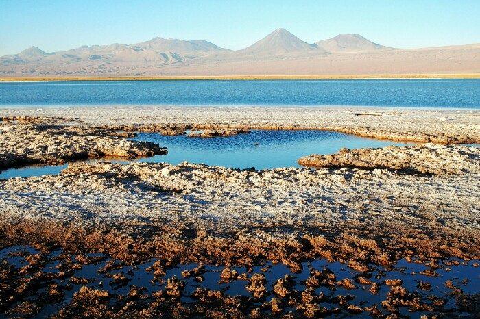 Atacamako gatz lautada: Licancabur eta Yurique sumendiak, Andeetako mendikatean. San Pedro de Atacama, Txile.