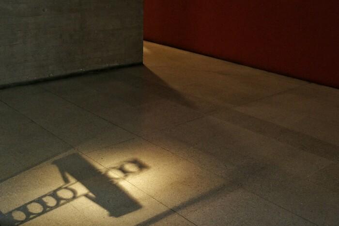 Patio 29-ko gurutze baten itzala. Memoriaren Museoa. Santiago, Txile.