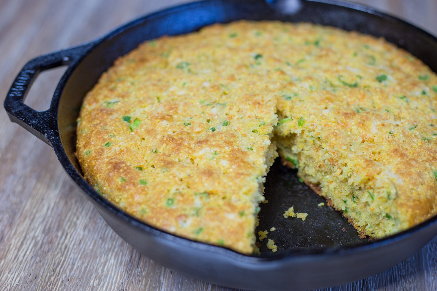 Jalapeno cheddar cornbread is the perfect side dish for all of the soups, stews, and casseroles that come with the Fall season! |artzyfoodie.com|