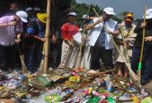Photo of Kiren Rijiju,  Chowna Mein participates in Mega Swachh Bharat Abhiyan at Karsingsa
