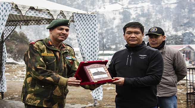 Arunachal : Khandu hands over letter of appreciation to Colonel Gagan Sharma