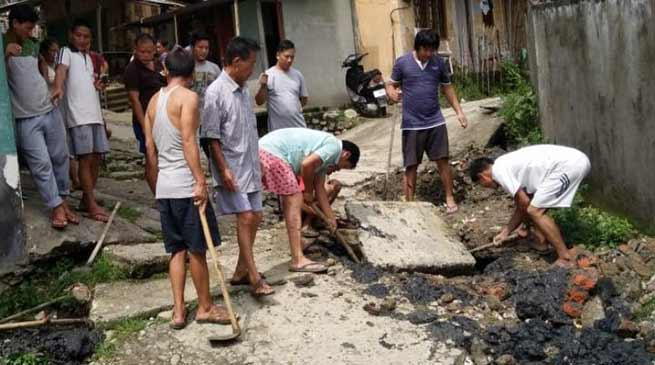 Arunachal: locals converting Kachcha road into Concrete Pavement by contribution in Banderdewa