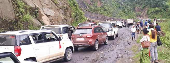 Arunachal:Hundreds of vehicle stranded on Papu-Yupia-Potin TAH