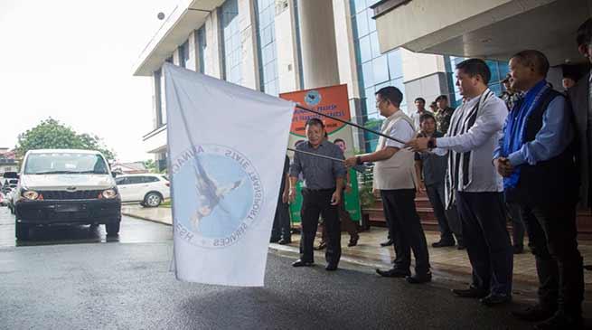 Arunachal: Khandu flagged off30 Mahindra Xylo for APSTS