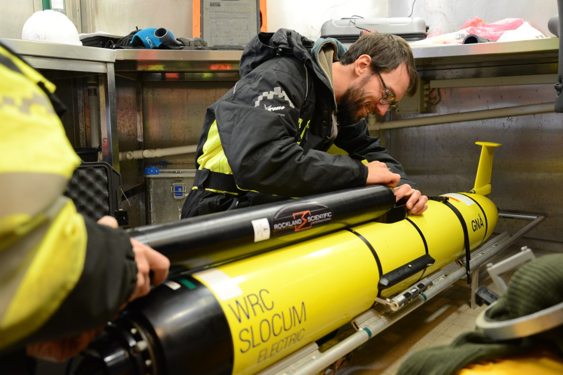 Anthony Bosse setter sammen glideren Gnå. Undervannsroboten skal settes ut i havet vest for Svalbard. Den vil samle turbulensdata fra et område der kaldt vann fra Polhavet møter varmere vann fra Atlanterhavet. Foto: Algot Petersson