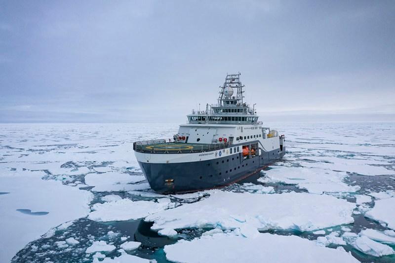 Forskningsfartøy i isen