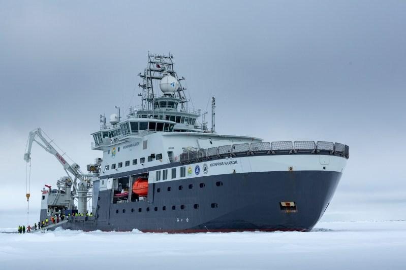 Forskningsfartøyet Kronprins Haakon i isen