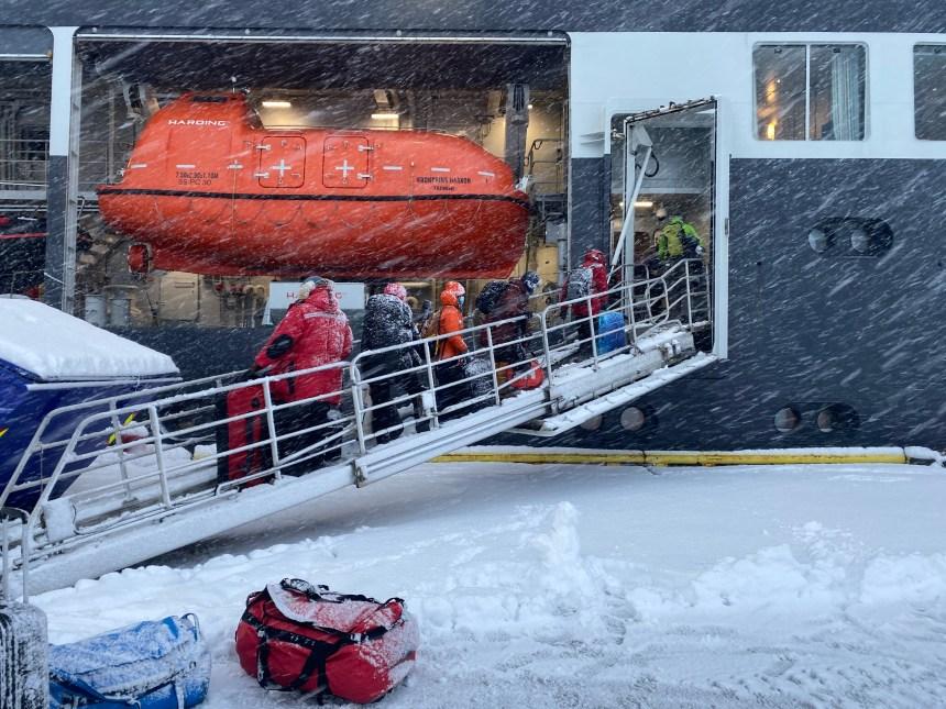 Forskere går ombord FF Kronprins Haakon.