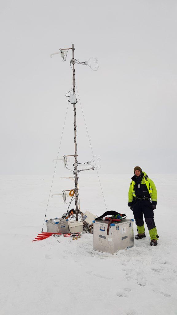 Meteorologimasta med mastsjef Stephan Kral, UiB, som målestokk. Foto: Lukas Frank, UNIS.