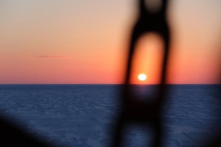 Endeleg framme på is-stasjonen. No er sola så vidt over horisonten på 79.5 grader nord (eigentleg under, men lyset snik seg over kanten fordi det blir bøygd gjennom atmosfæren). Foto: Tore Mo-Bjørkelund, NTNU.