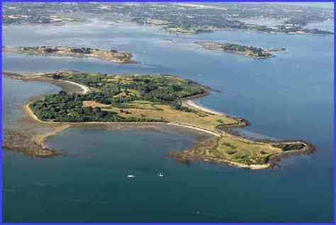 vue aerienne de l'île Ilur (Comm. d'île-d'Arz), en arrière plan, l'lîle Godec et l'ïle Iluric sur la gauche - Golfe du Morbihan (56) , Bretagne et ses îles, France, Europe