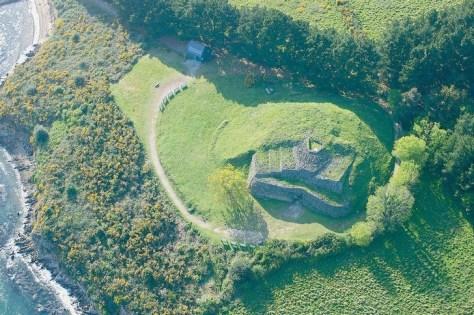 Le-cairn-Gavrinis-dans-golfe-Morbihan-Ce-monticule-pierres-recouvre-dolmen-chambre-funeraire-decoree-gravures_0_730_484