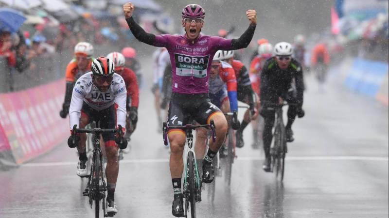 Fernando Gaviria fue segundo en la quinta etapa del Giro de Italia detrás del alemán del Bora, Pascal Ackermann que se llevó la fracción en el sprint final
