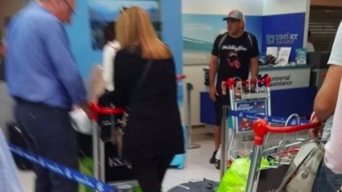 El ultra de Boca Juniors deportado, Maxi Mazzaro, en el aeropuerto.