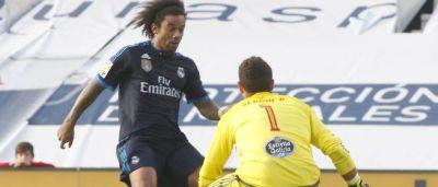 Sergio se prepara para quitarle el balón a Marcelo.