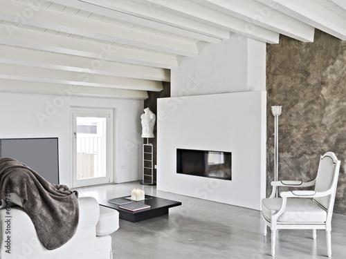 Soggiorno panoramico legno, pietra, acciaio per un effetto moderno. Moderno Soggiorno Con Camino In Mansarda Stock Photo Adobe Stock