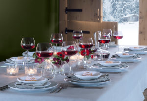 gedekte feesttafel met rode wijnglazen