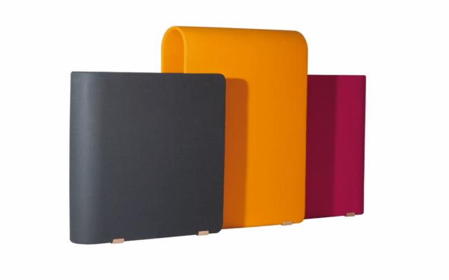 interieurtrends Capdell – S Ana. Gekleurde panelen die de ruimte opvrolijken en gemaakt zijn uit akoestisch absorberend materiaal.