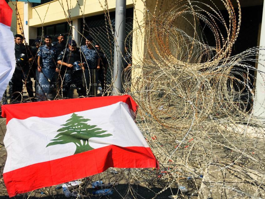 Policías frente a la bandera de la manifestación