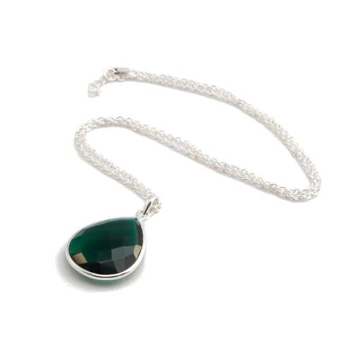 Halsband Maja Silver Emerald i silver och en grön sten i tillverkad kvarts likt smaragd