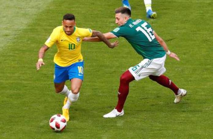 Héctor Herrera trying to stop Neymar in the round of 16 of the World Cup in Russia (Photo: Reuters)