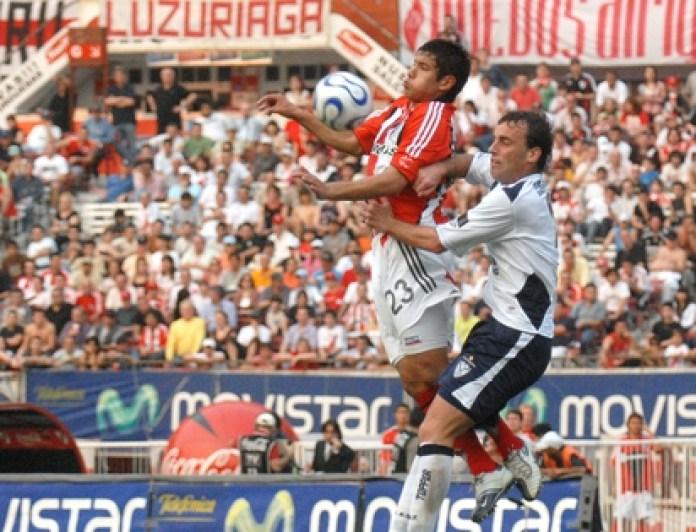 Andrés Ríos playing a ball with Alejandro Cabral during a River victory against Vélez at the Monumental (PHOTO NA: JUAN VARGAS)