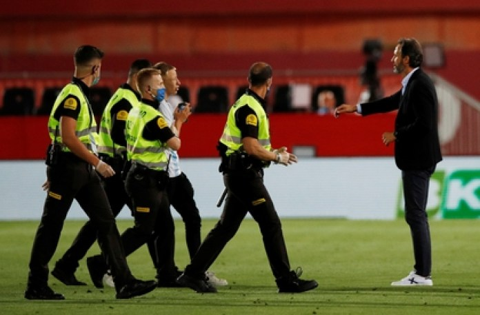 A security group took the fan out of the field REUTERS / Albert Gea