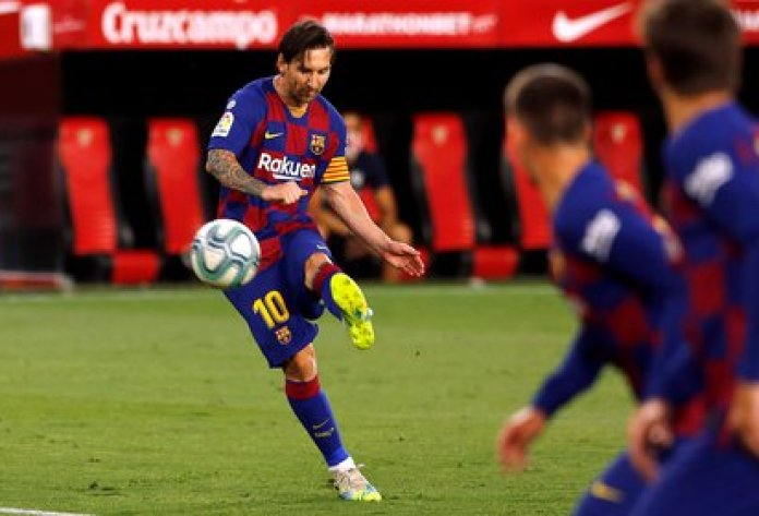 Lionel Messi goes for his 700 goal in the game that Barcelona will play against Celta, in Vigo (REUTERS / Marcelo Del Pozo)