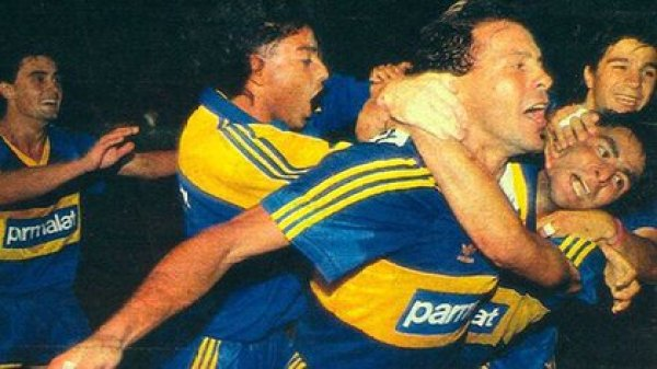 Paraguayan goal shout with the Boca shirt. Celebrate with him a young Diego Latorre