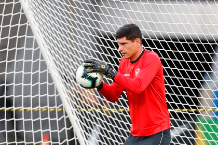 In the image, the goalkeeper Carlos Lampe, of the Bolivian soccer team and the Always Ready club of El Alto (EFE)