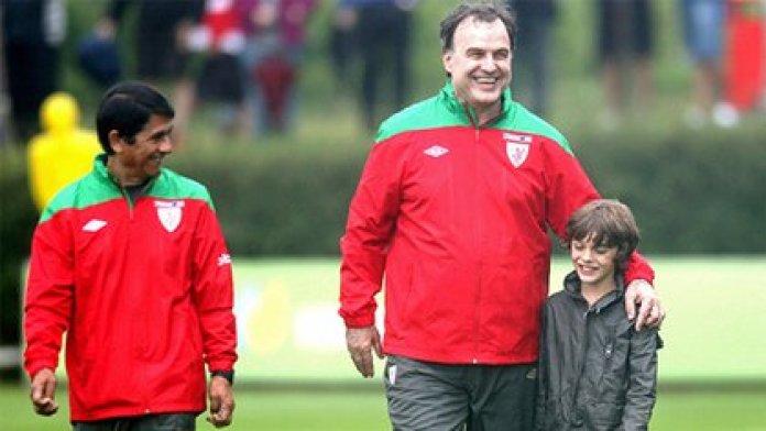 Gabriel Aravena and Marcelo Bielsa during training with Athletic Bilbao (EFE)