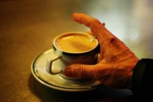 Mano y café con leche - Psicología para personas mayores