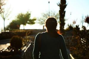 Mujer andando - terapia para adultos