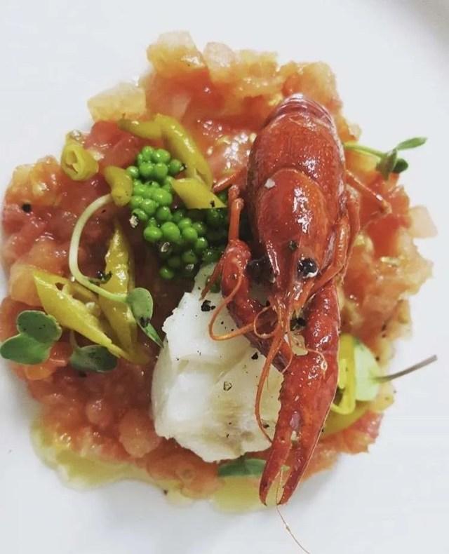 Tártaro de Cor de Bou con Corvina, cangrejo de río, pizarras fritas y huevas de wasabi