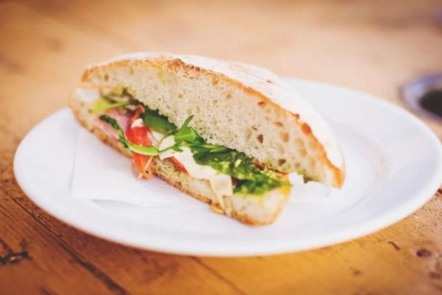 Sándwich con pan Omega 3 de hummus y verduras