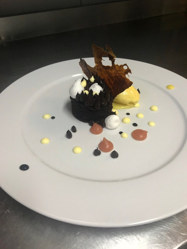 Tarta de chocolate negro con crema de cacao y suspiros anisado